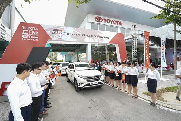 Đội dự án Hành trình 5 châu cùng Toyota xuất phát từ Đà Nẵng về tới Hà Nội sau 5 ngày.
