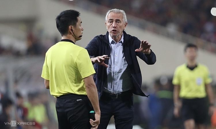Ở trận gần nhất tại vòng loại World Cup, HLV Van Marwijk và học trò nhận thất bại 0-1 trước Việt Nam hôm 14/11. Ảnh: Đức Đồng.