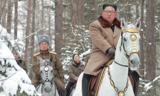 Tướng Pak cưỡi ngựa sau Kim Jong-un trong ảnh được công bố hôm 4/12. Ảnh: KCNA.