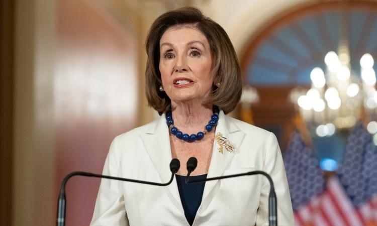Chủ tịch Hạ viện Mỹ Nancy Pelosi phát biểu về cuộc điều tra luận tội Trump tại tòa nhà quốc hội ở thủ đô Washington hôm nay. Ảnh: AFP.