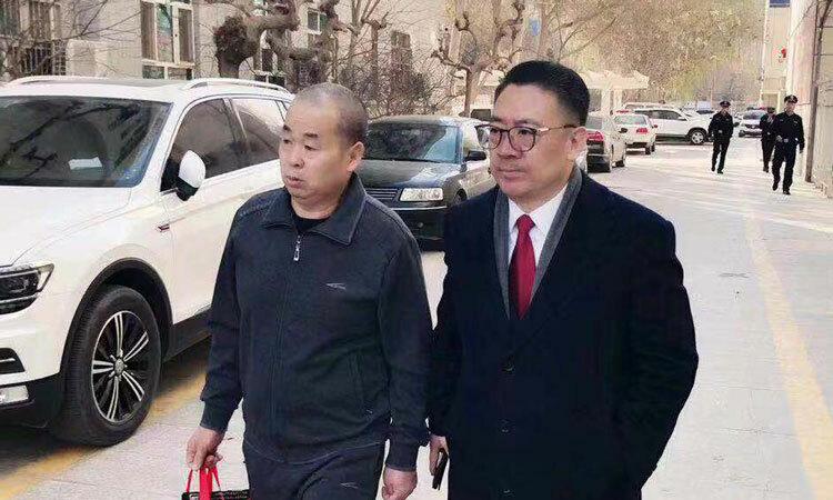 Lý Kiến Công cùng luật sư. Ảnh: Beijing News.