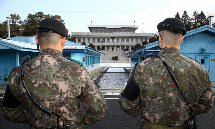 Binh sĩ Hàn Quốc canh gác tại Khu vực An ninh Chung ở biên giới liên Triều. Ảnh: Reuters.
