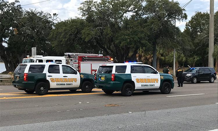 Cảnh sát hạt Escambia tại khu vực quanh căn cứ Pensacola, bang Florida nơi xảy ra vụ nổ súng ngày 6/12. Ảnh: Twitter/RebekahCastorTV.