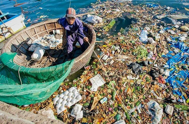 Rác thải bủa vây trên góc đảo Lý Sơn (Quảng Ngãi). Ảnh: Thành Nguyễn
