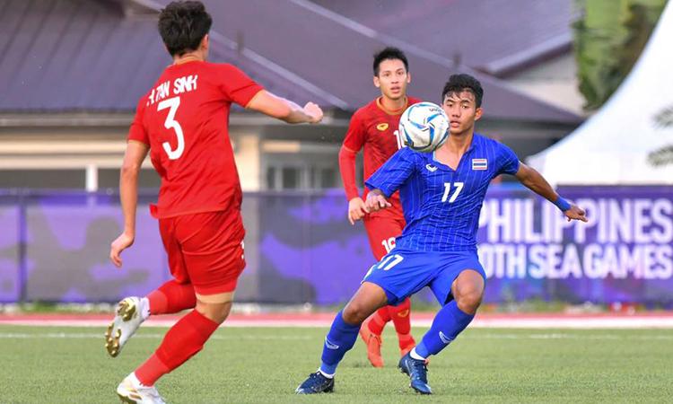 Suphanat (áo xanh) là người nâng tỷ số trận đấu lên 2-0. Ảnh: FAT.