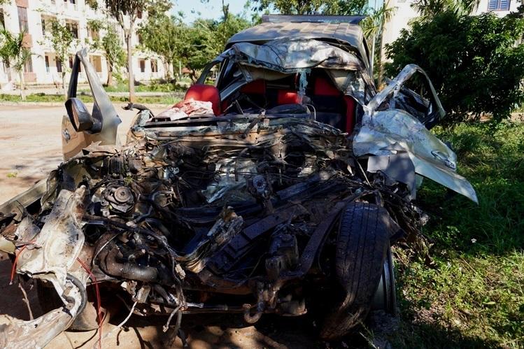 Phần đầu ôtô bán tải hư hỏng nặng tại công an huyện Chư Pưh. Ảnh: Trần Hóa.