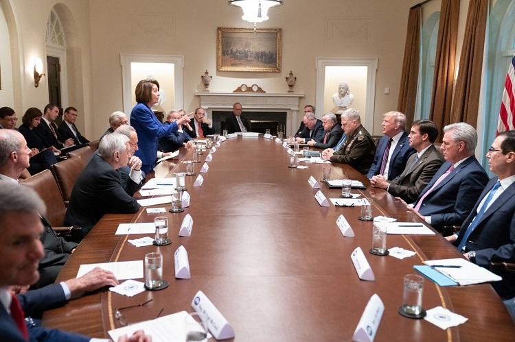 Bà Pelosi chỉ thẳng tay vào mặt Trump trong cuộc họp tại Nhà Trắng hôm 16/10. Ảnh: Twitter/Donald J. Trump.