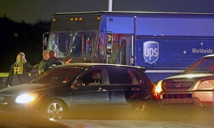 Hiện trường vụ nổ súng gần thành phố Miramar, bang Florida, Mỹ, hôm 5/12. Ảnh: AP.