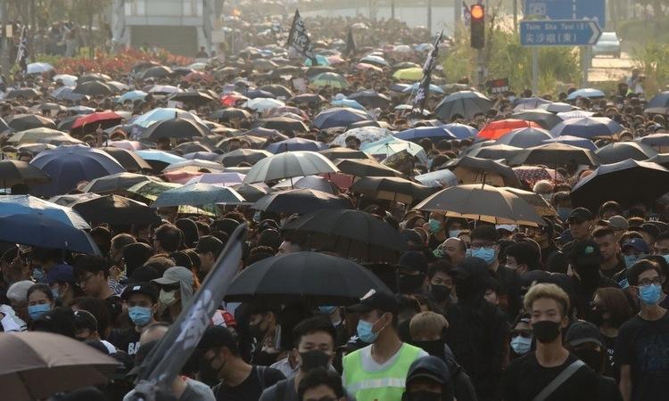 Người biểu tình Hong Kong tại quận Tsim Sha Tsui chiều 1/12. Ảnh: SCMP.