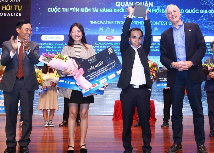 Ban tổ chức trao giải Nhất cho nhóm khởi nghiệp với kính thông minh.