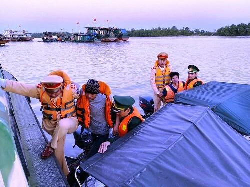 2 ngư dân gặp nạn trên sông Cấm được CSGT thủy và biên phòng Hải Phóng cứu, đưa lên xuồng cao tốc, chở vào bờ. Ảnh: CSGT HP