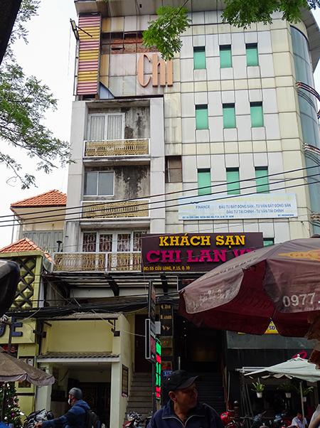 Căn nhà 6 lầu củaông Hà (lan can màu vàng) bị khách sạn bên cạnh choàng lên. Ảnh: Hà An.