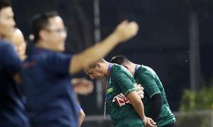 Trợ lý Thái Lan cúi đầu khi Việt Nam ăn mừng