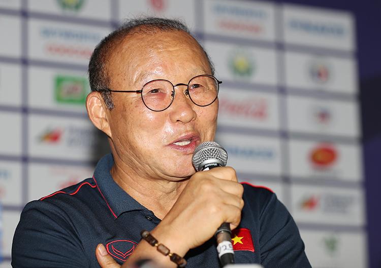 HLV Park Hang-seo chia sẻ về quá trình chuẩn bị của Việt Nam cho trận đấu với Campuchia, chiều6/12. Ảnh: Đức Đồng.