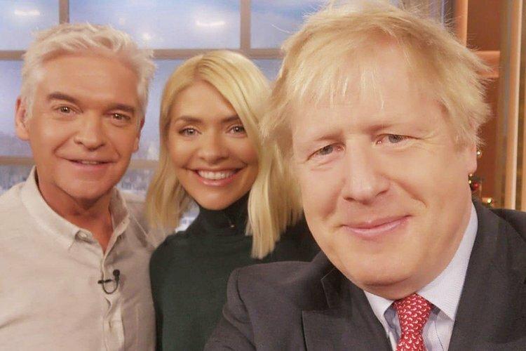 Thủ tướng Anh Boris Johnson selfie cùng MC Phillip Schofield và Holly Willoughby trong chương trình This Morning của đài ITV hôm 5/12. Ảnh: Twitter/BorisJohnson.