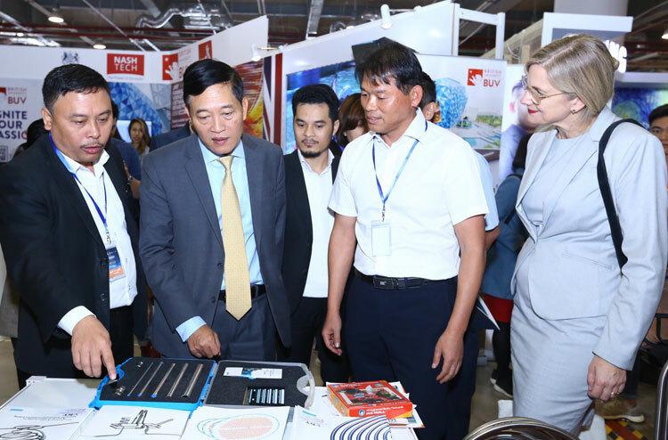 Các đại biểu thăm gian hàng triển lãm sản phẩm của các nhóm khởi nghiệp. Ảnh: V.Quyết.