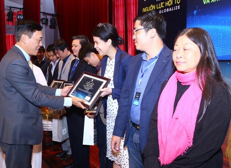Thứ trưởng Trần Văn Tùng trao chứng nhận cho các đơn vị tham dự Techfest 2019.