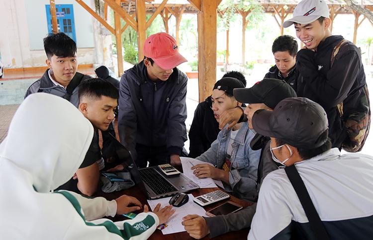 Sinh viên Đại học Nha Trang học nhóm tại trường ngày 6/12. Ảnh: Xuân Ngọc.