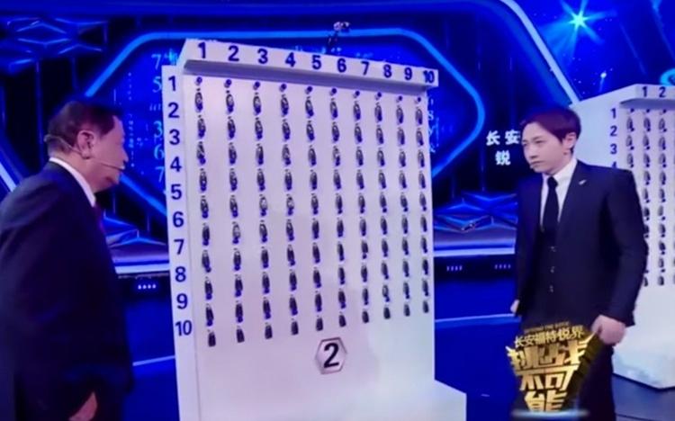 Tonny Jan (phải) trong tiết mục tìm chìa khóa trên truyền hình Trung Quốc năm 2016. Ảnh: CCTV.