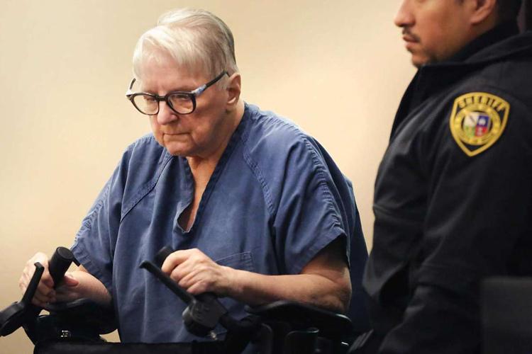 Hiện Genene phải ngồi xe lăn khi ra tòa. Ảnh: Bob Owen/San Antonio Express-News.