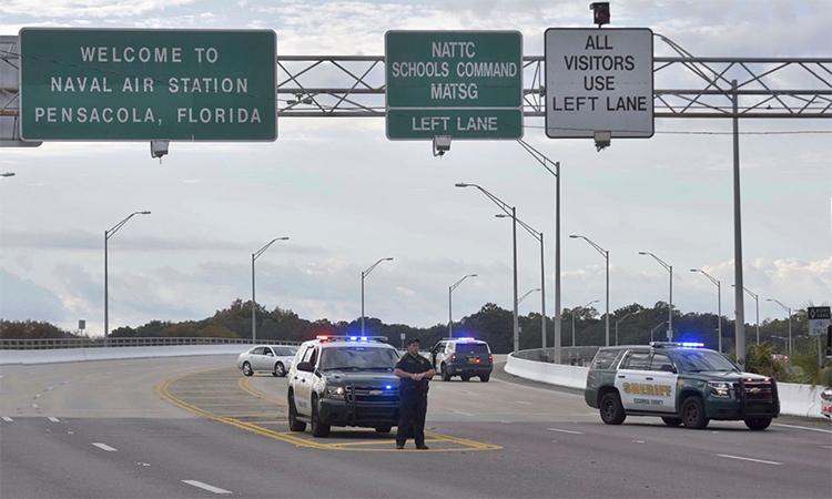 Cảnh sát phong tỏa lối vào căn cứ Pensacola, bang Florida sau vụ nổ súng ngày 6/12. Ảnh: AP.