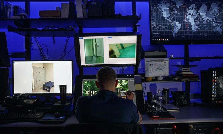 Một nhà phân tích của Đơn vị Điều tra Khai thác lạm dụng trẻ em đang nghiên cứu hình ảnh của vụ án trên máy tính. Ảnh: AP.