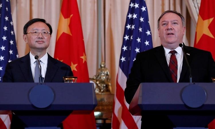 Dương Khiết Trì (trái) và Mike Pompeo tại Mỹ tháng 11/2018. Ảnh: Reuters.