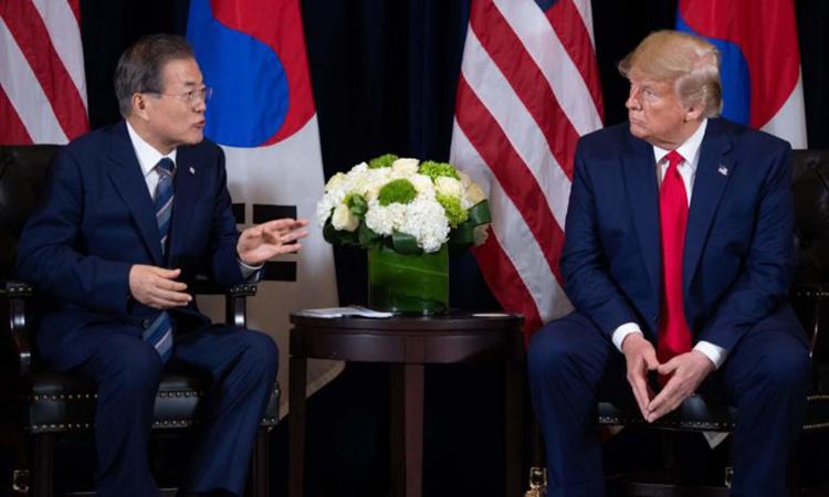 Tổng thống Hàn Quốc Moon Jae-in (trái) và Tổng thống Mỹ Trump tại một cuộc họp bên lề Đại hội đồng LHQ ngày 23/9 ở New York, Mỹ. Ảnh:AFP.