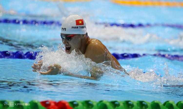 Thanh Bảo trên đường bơi 200 mét ếch nam tối 7/12. Ảnh: Quang Huy.