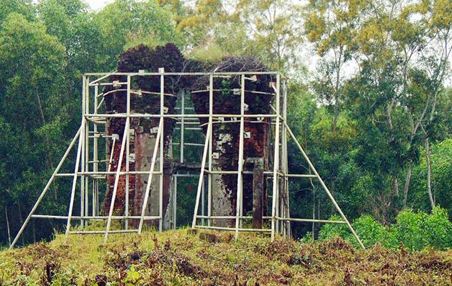 Phật viện Đồng Dương còn sót lại Tháp Sáng. Ảnh: Đắc Thành.