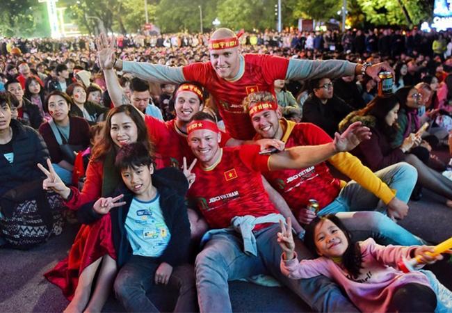 Cố động viên cổ vũ U22 tại Hồ Gươm tối 7/12. Ảnh: Giang Huy.