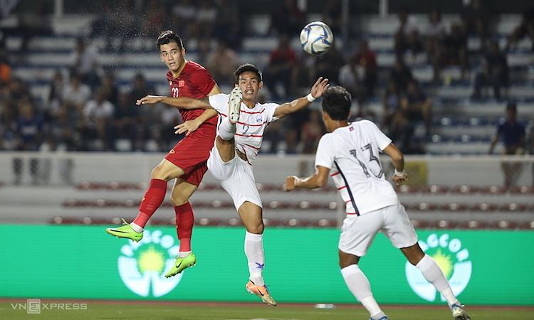 Tiến Linh đánh đầu mở tỷ số, khởi đầu chiến thắng 4-0 của Việt Nam trước Campuchia. Ảnh: Đức Đồng.