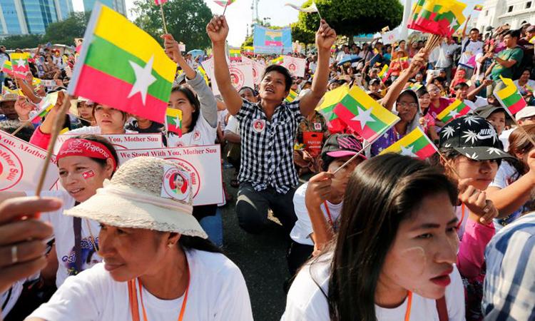 Người dân Myanmar biểu tình ủng hộ Suu Kyi hôm 1/12. Ảnh: Reuters.