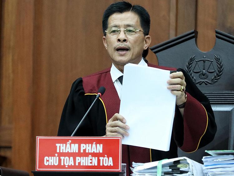 Chủ tọa công bố bản án vụ ly hôn của vợ chồng chủ cà phê Trung Nguyên. Ảnh: Như Quỳnh.