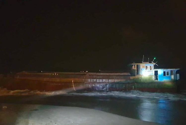 Tàu dạt vào bờ biển xã Kỳ Lợi lúc 19h ngày 6/12 và chìm sau đó 8 tiếng. Ảnh: H.T