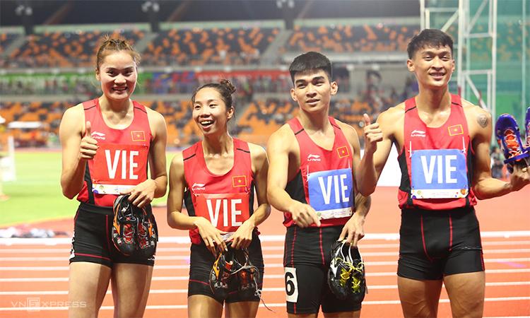 Sau nỗi buồn vì Tú Chinh không bảo vệ được HC vàng 200 mét, điền kinh Việt Nam xuất sắc chiến thắng ở nội dung tiếp sức hỗn hợp 4 x 400 mét. Ảnh: Phạm Đương.