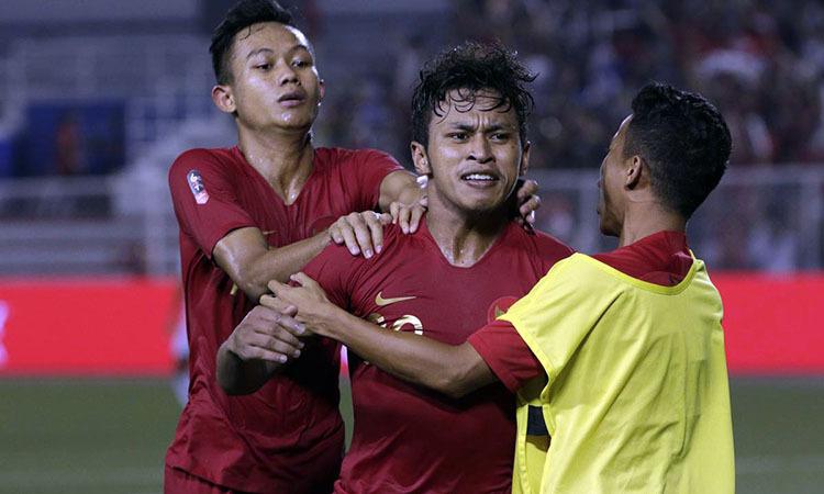 Osvaldo (giữa) đang chia sẻ ngôi đầu danh sách vua phá lưới với Đức Chinh.