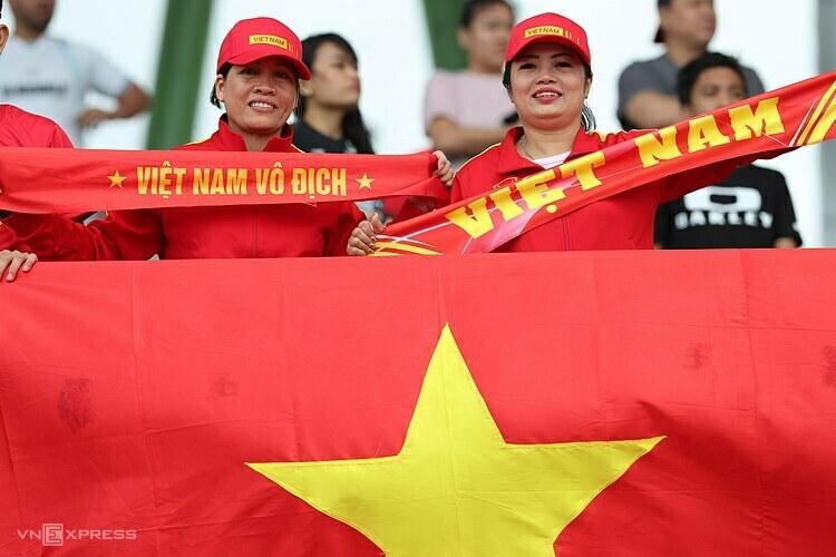 Chị Hạnh (trái) và chị Thuý trên khán đài ở SEA Games năm nay.