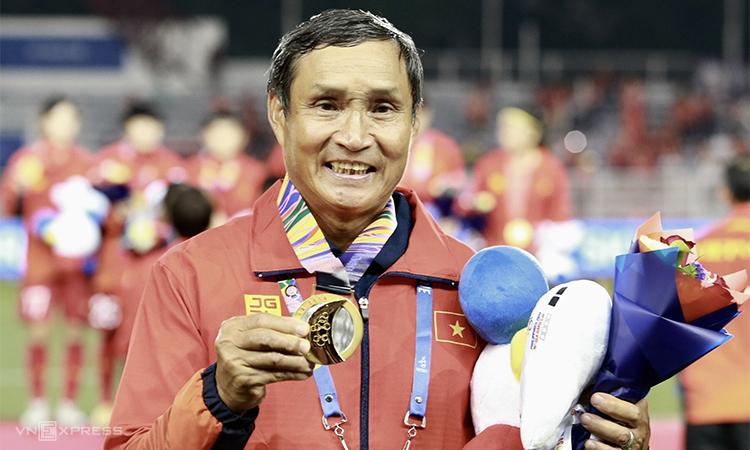 Ông Mai Đức Chung lần thứ tư đoạt HC vàng SEA Games cùng đội tuyển nữ Việt Nam. Ảnh: Lâm Thoả.