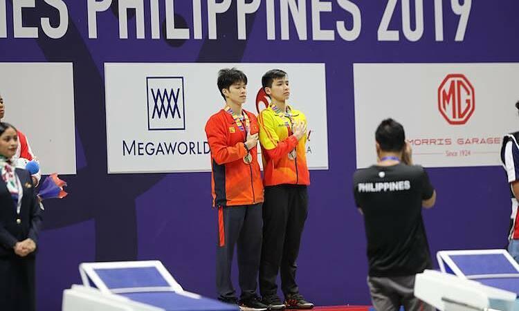 Hưng Nguyên và Kim Sơn cùng hát quốc ca trên bục nhận huy chương. Ảnh: Quang Huy.