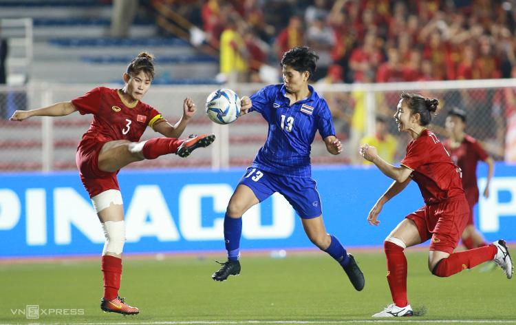 Chương Thị Kiều khoá chết các tiền đạo Thái Lan trong chiến thắng 1-0 ở chung kết SEA Games 30 tối 8/12. Ảnh: Lâm Thoả
