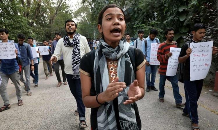 Sinh viên biểu tình ở Kolkata, bang Tây Bengal hôm 2/12 sau vụnữ bác sĩ hú y bị cưỡng hiếp, sát hại. Ảnh: Reuters.