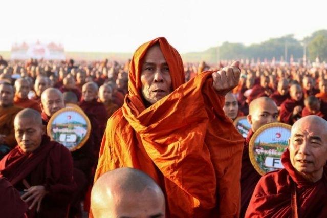 Một nhà sư trong lễ khất thực ở Myanmar ngày 8/12. Ảnh: AFP.