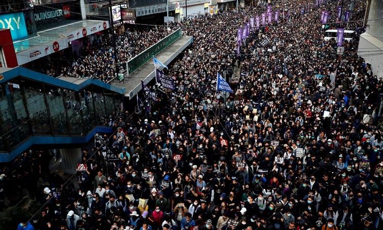 Hàng chục nghìn biểu tìnhngười tuần hành trên đường phố Hong Kong hôm nay. Ảnh: Reuters.