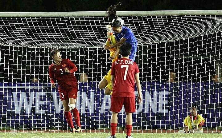 Sai lầm trong phán đoán điểm rơi của thủ môn Kim Thanh khiến Việt Nam vuột chiến thắng trước Thái Lan ở vòng bảng. Ảnh: Đức Đồng.