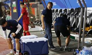 HLV Park dọn rác sau trận đấu Campuchia