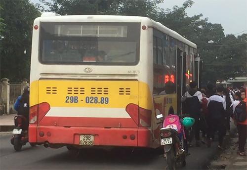 Xe buýt chở hơn 100 học sinh vào sáng thứ 5, ngày 5/12. Ảnh: X.S