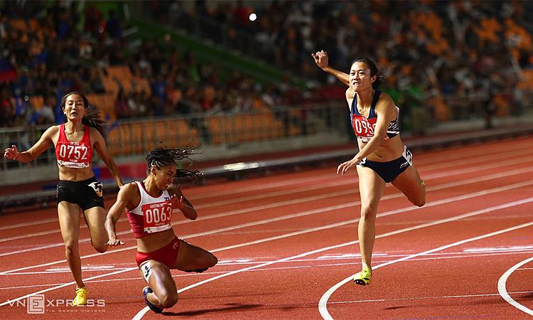 Tú Chinh đánh bại Kristina Marie Knott (số bib 0063) trên đường chạy chung kết 100 mét nữ. Ảnh: Phạm Đương.