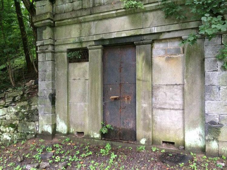 Hầm mộ nơi thi thể được phát hiện đã bị bỏ hoang từ lâu. Ảnh: Tony Rhodin/Lehigh Valley Live.