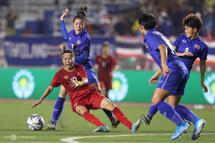 Các hậu vệ Thái Lan liên tục phạm lỗi với Huỳnh Như trong trận chung kết trên sân Rizal Memorial, ngày 8/12. Ảnh: Đức Đồng